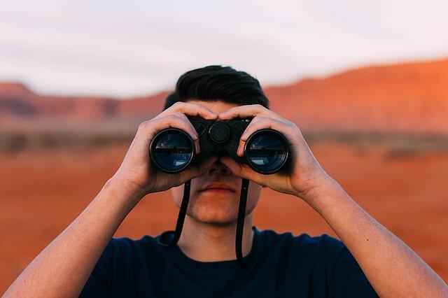 Versenytárs elemzés online: Hogyan váljunk erősebbé a konkurencia hibáiból tanulva?